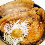 【炭焼豚丼 小豚家】イチモニで「冬だからこそ食べたい!至高のグルメ」でテレビ内で紹介。狸小路アーケード内のHUGイートにある人気豚丼屋!?豚鹿丼なども