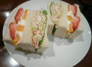 さえらの一番人気のサンドイッチ「たらばがに&フルーツ」
