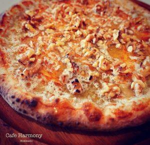 カフェ・ハーモニーエルブの森の6種のチーズピッツァ