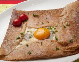 ダニーズレストランの看板メニュー「チーズとハムと卵のガレット」