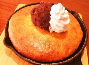 カフェジラソーレの「熱々鉄パンケーキ あんこ&バニラアイス乗せ」