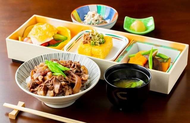 三笠高校生レストランの三笠赤ワイン牛丼定食