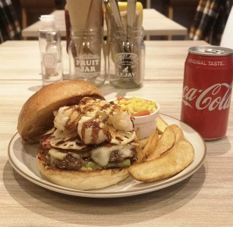 ワードプレス・ツイッター  【シスム レーン バーガー スタンド】  ボリューム満点のグルメバーガー専  門店!  詳しくはこちら ⇒ https://eka61.com/simslane-bs/  人気「グランドバーガー」は、高さ15cm  ほどの巨大ハンバーガー、牛肉100%パ  ティは食べ応え抜群で満足度高い!限定  など月ごとに楽しめるハンバーガーもあ  り何度きてもあきない!